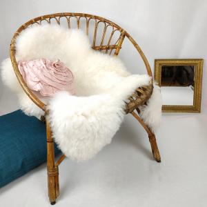 fauteuil en rotin avec plaid douillet