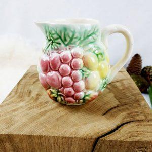 Mignon petit pichet en porcelaine avec motifs de fruits en relief de couleur rose vert jaune, style Art déco