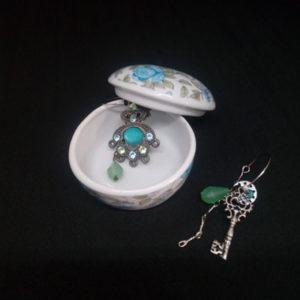 élégante petites boite en porcelaine à bijoux avec des motifs de fleurs bleues sur le couvercle FabriQémoi