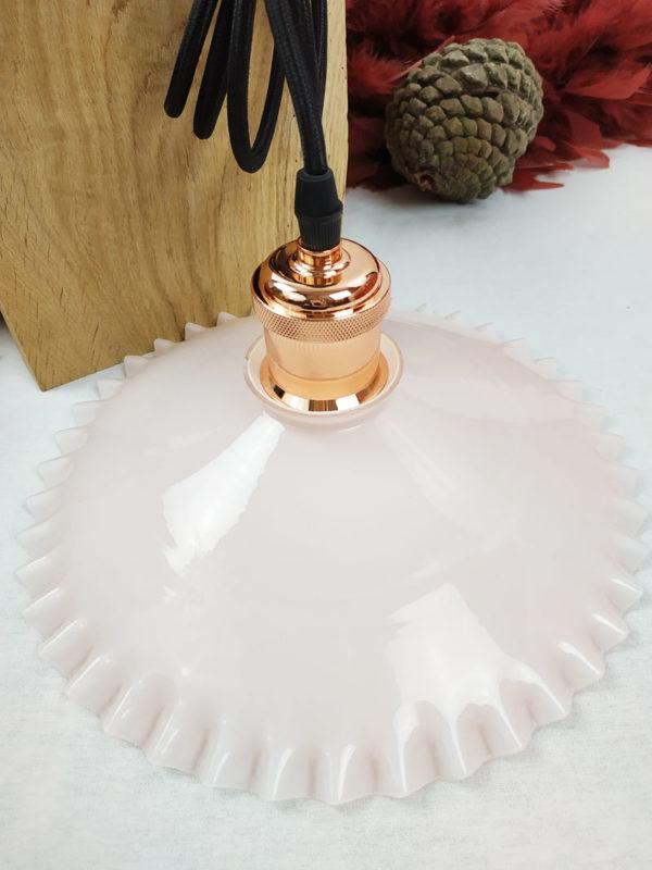 Abat jour opaline dentelle rose équipé d'une suspension moderne flexible et douille cuivrée rose