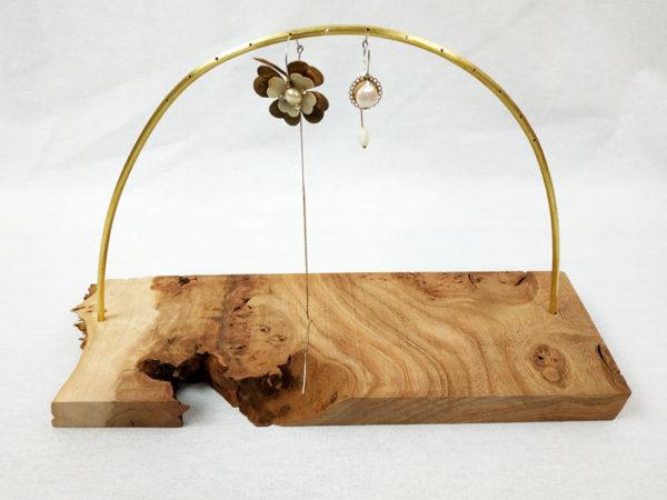 presentoir à boucles d'oreilles socle en bois d'orme et tige demi cercle en laiton 14 trous pour insérer boucles