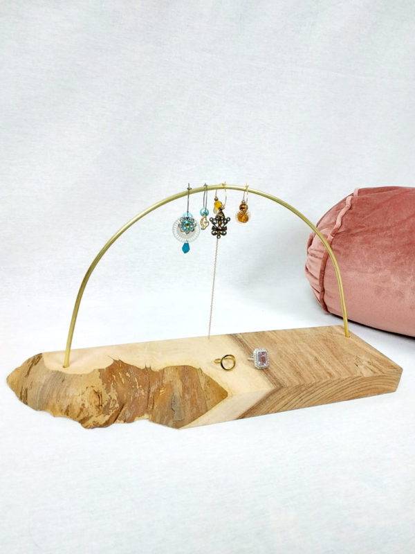 porte boucles d'oreilles en bois d'orme naturelle de 36 cm par 10 cm et sa tige en laiton forme demi cercle FabriQémoi