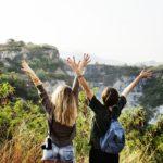 femmes levant les bras dans la nature fabriqemoi