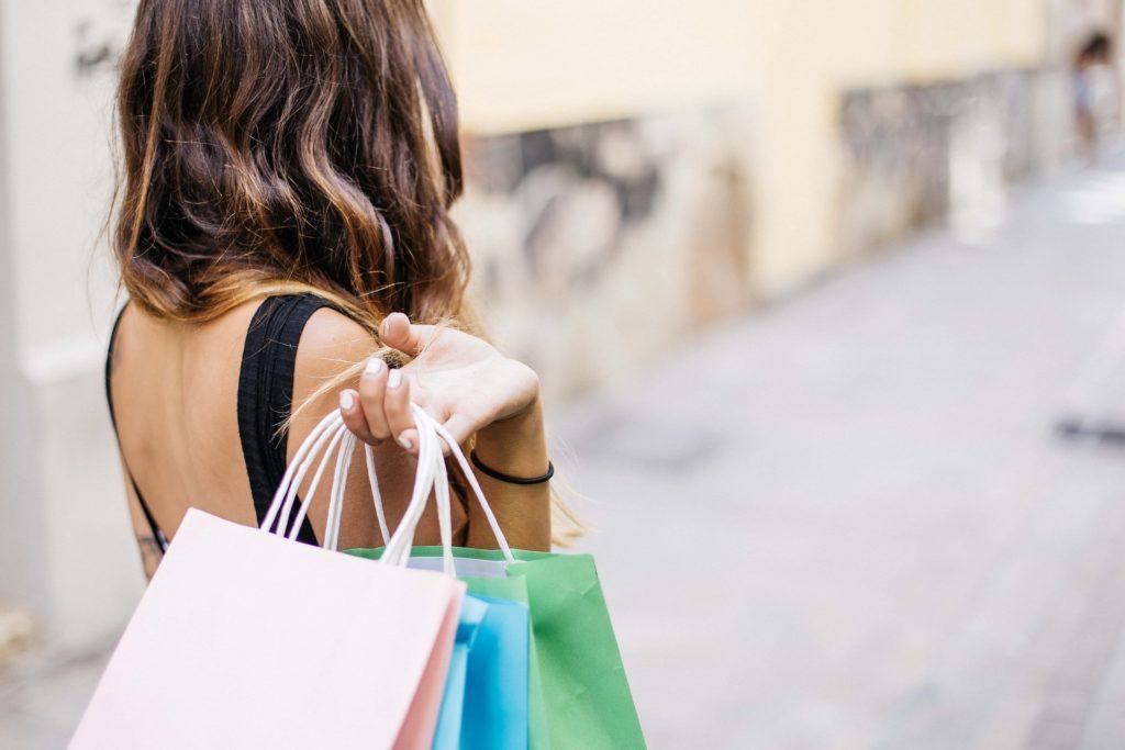 Soldes Femme qui porte des sacs de shopping fabriqemoi
