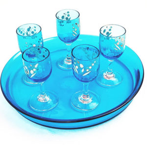service en verre transparent bleu turquoise à digestif avec 6 petits verres à pieds avec des motifs fins blancs peint à la main en relief FabriQémoi