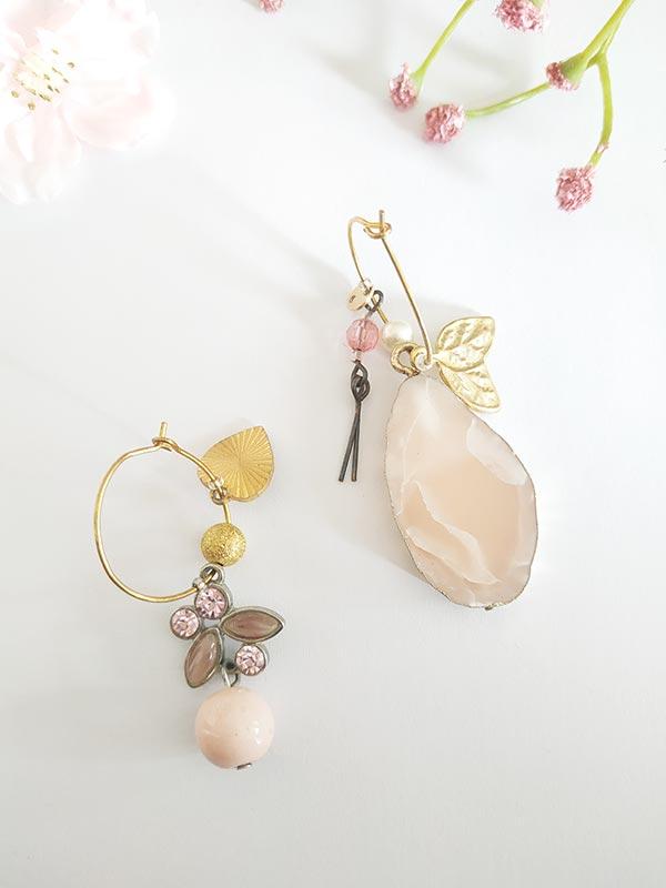 Boucles d'oreilles asymétriques vintage, avec sa nacre rosée et ces bijoux pendentif en coeur et feuilles dorées FabriQémoi