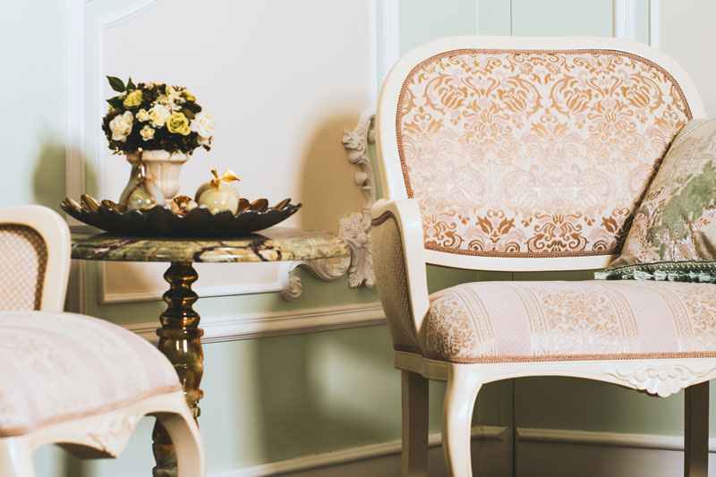 salon composé de fauteuils et géridon vintage fabriqemoi