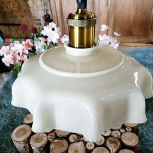 Suspension design couleur laiton et son opaline à grande dentelle beige de FabriQémo