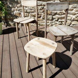 Chaise et tabouret en bois massif et brut